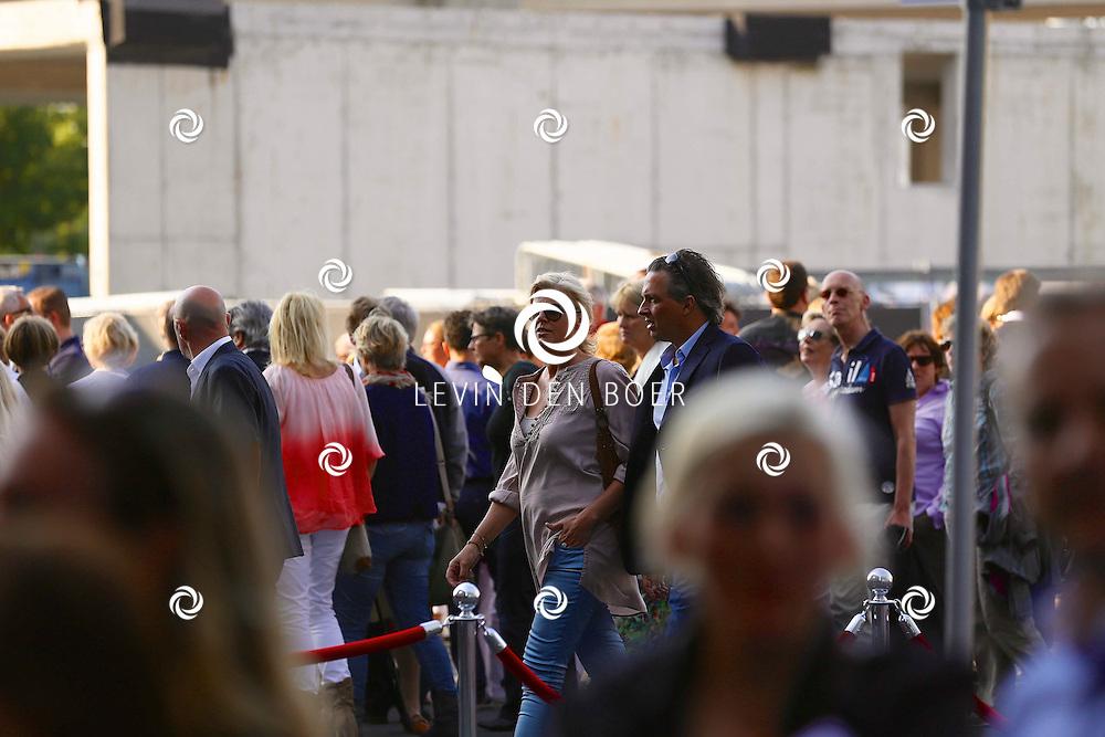 AMSTERDAM - Niet eerder trad de 71-jarige theaterdiva Barbra Streisand op in Nederland. Ze doet Nederland aan in het kader van haar tournee Barbra Streisand Live. Velen bekende Nederlanders kwamen natuurlijk hier een kijkje nemen. Met op deze foto  Irene Moors met partner Barry Kroon. FOTO LEVIN DEN BOER - PERSFOTO.NU