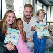 NLD/Amsterdam/20170904 - Jim Bakkum presenteert zijn kinderboek Dadoe, Jim Bakkum met zoontje Lux en nichtje  en Kirsten Michel