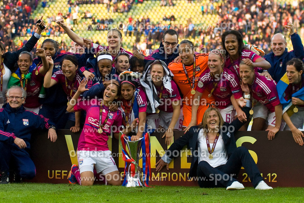 17.05.2012, Olympiastadion, Muenchen, GER, UEFA CL, Finale Damen, Olympic Lyon (FRA) vs FFC Frankurt (GER), im Bild Lyon team celebrate with the trophy for winning the UEFA Champions League final for women played at the Olympia Stadion and contested by Olympic Lyon from France and FFC Frankurt from Germany. Lyon won the match 2-0 , Germany on 2012/05/17 . EXPA Pictures © 2012, PhotoCredit: EXPA/ Mitchel Gunn