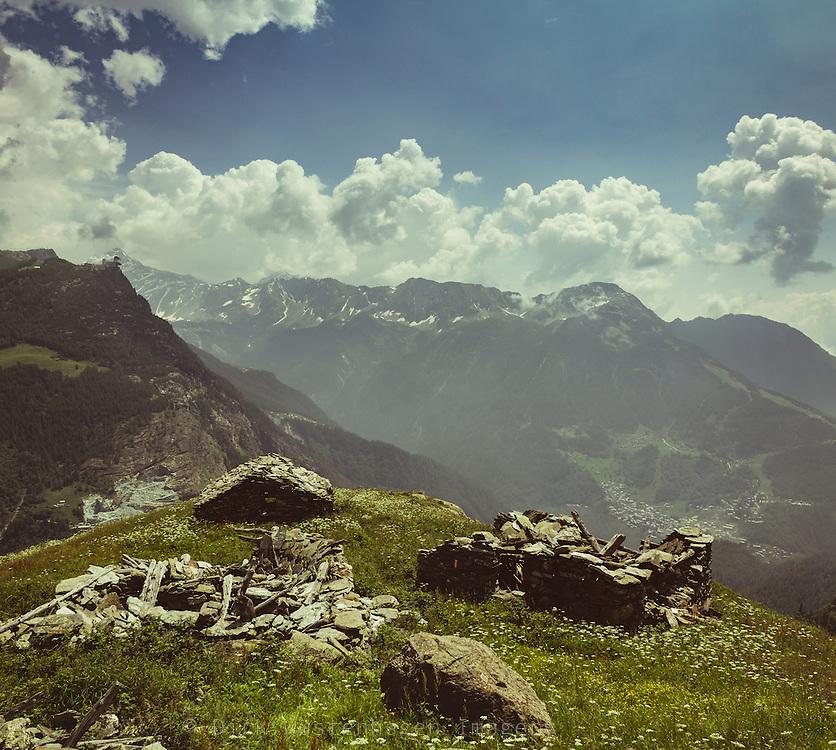Stallruinen in den italienischen Alpen, Chiesa in Valmalenco, Italien