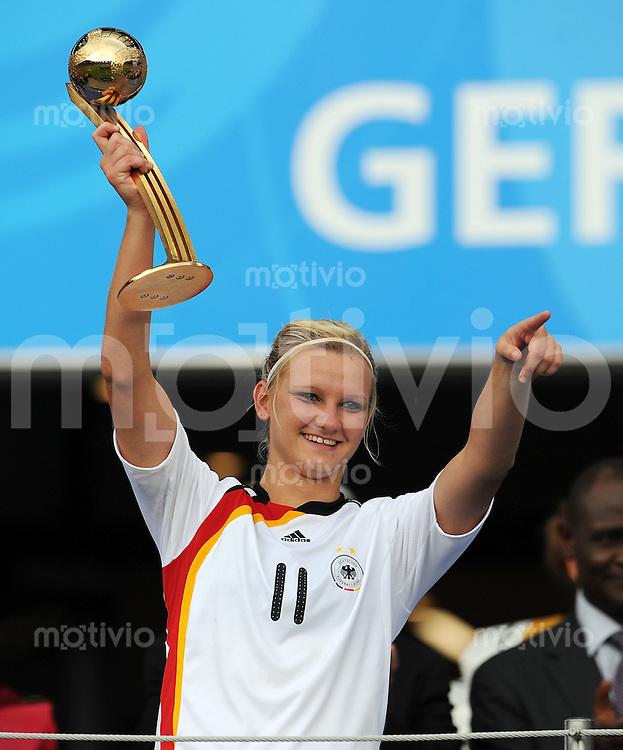 FUSSBALL  FRAUEN FIFA U 20  WELTMEISTERSCHAFT 2010  FINALE Deutschland - Nigeria               01.08.2010 Alexandra POPP (Deutschland) mit dem Ball in Gold als Auszeichnung fuer die beste Spielerinnen des Turniers