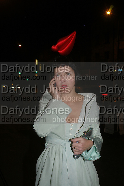 Isabella Blow. Art Plus dance fundraising party. Whitechapel gallery. 21 March 2005. ONE TIME USE ONLY - DO NOT ARCHIVE  © Copyright Photograph by Dafydd Jones 66 Stockwell Park Rd. London SW9 0DA Tel 020 7733 0108 www.dafjones.com