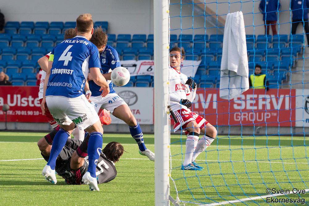 1. divisjon fotball 2015: Hødd - Fredrikstad. Hødds Joakim Wrele (bak i midten) setter inn 1-0 i førstedivisjonskampen mellom Hødd og Fredrikstad på Høddvoll. Dette var det første målet i seriekamp på nye Høddvoll.