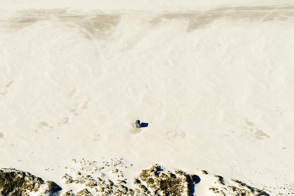 Nederland, Friesland, Terschelling, 05-07-2018; Nederland, Friesland, Terschelling, 05-07-2018; Vluchthuisje voor schipbreukelingen op het Noordzeestrand van de Boschplaat; het huisje is herbouwd als voorbeeld van lokale geschiedenis.<br /> A cabin for shipwrecked people on the North Sea beach of the Boschplaat.<br /> luchtfoto (toeslag op standard tarieven);<br /> aerial photo (additional fee required);<br /> copyright foto/photo Siebe Swart<br />  voor schipbreukelingen op het Noordzeestrand van de Boschplaat; het huisje is herbouwd als voorbeeld van lokale geschiedenis.<br /> A cabin for shipwrecked people on the North Sea beach of the Boschplaat.<br /> luchtfoto (toeslag op standard tarieven);<br /> aerial photo (additional fee required);<br /> copyright foto/photo Siebe Swart