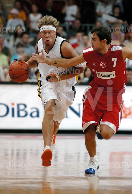 Basketball Herren, Nationalmannschaft, Forum Bamberg (Germany),E.ON Basketball-Supercup, Deutschland - Tuerkei (67:50) DBB-Team gewinnt erstmals den Supercup. links Misan Nikagbatse (GER) am Ball, gegen rechts Ender Arslan (TR)