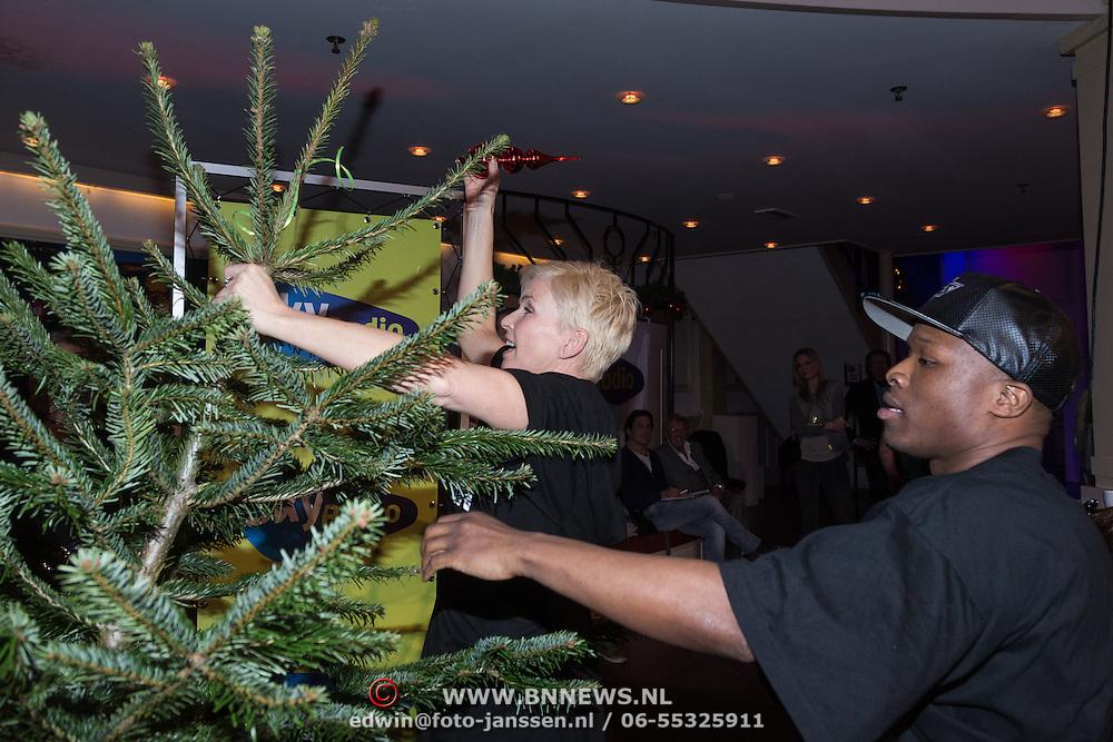 NLD/Hilversum /20131210 - Sky Radio Christmas Tree For Charity 2013, Nicholas Shaker en Anita Witzier versieren hun boom