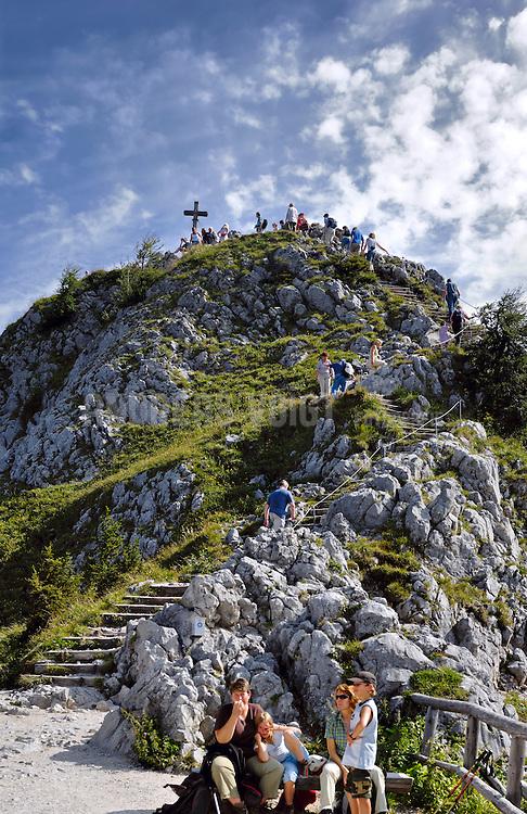 Wanderer auf dem Weg zum Gipfelkreuz des Jenner von der Aussichtsplattform aus