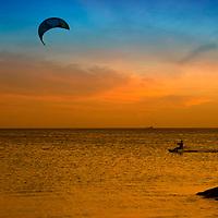 Kitesurfista en un atardecer en Aruba. Kitesurfing sunset in Aruba Island.