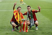 FUSSBALL  EUROPAMEISTERSCHAFT 2012   FINALE Spanien - Italien            01.07.2012 Xavi Hernandez (li) und Sergio Busquets (re, beide Spanien) mit dem EM Pokal