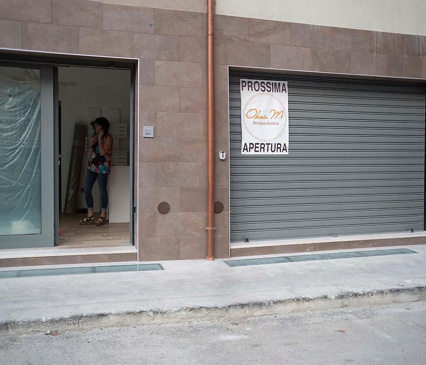 riapertura di un negozio nel centro della citt&agrave; de l'aquila<br /> <br /> reopening of a store in the center of the city Eagle