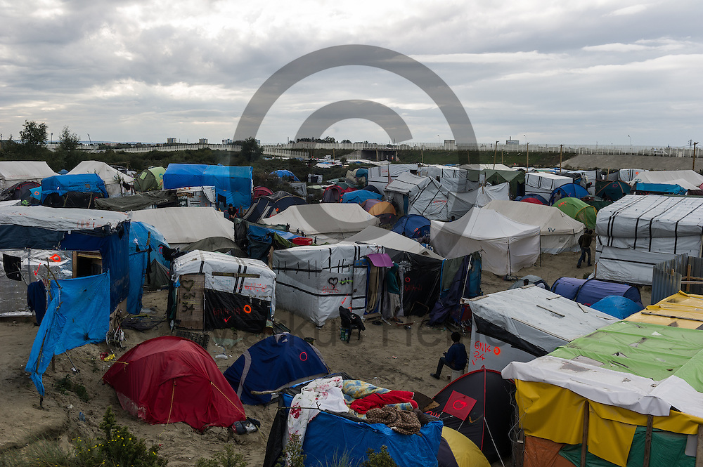 Calais, Frankreich - 16.10.2016<br /> &Uuml;bersichtsbild ueber den Dschungel von Calais. Das Fluechtlingscamp an der Kueste zum Aermelkanal soll laut franzoesischer Regierung in den naechsten Tagen geraeumt werden. In dem Camp leben um die 1000 Fluechtlinge und warten auf die Moeglichkeit zur Weiterreise durch den Eurotunnel nach Gro&szlig;britannien. Photo: Foto: Markus Heine / heineimaging<br /> <br /> Calais, France - 2016/10/16<br /> Aerial view of the Calais Jungle. The refugee camp on the coast to the English Channel is to be cleared in the next few days, according to the French government. In the camp live around the 1000 refugees and wait for the possibility to travel further through the Eurotunnel to the UK. Photo: Foto: Markus Heine / heineimaging<br /> <br /> ------------------------------<br /> <br /> Veroeffentlichung nur mit Fotografennennung, sowie gegen Honorar und Belegexemplar.<br /> <br /> Bankverbindung:<br /> IBAN: DE65660908000004437497<br /> BIC CODE: GENODE61BBB<br /> Badische Beamten Bank Karlsruhe<br /> <br /> USt-IdNr: DE291853306<br /> <br /> Please note:<br /> All rights reserved! Don't publish without copyright!<br /> <br /> Stand: 10.2016<br /> <br /> ------------------------------
