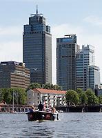 AMSTERDAM - Boten varen op de Amstel in Amsterdam.  Op de achtergrond de Rembrandttoren  Philips, Delta Lloyd,  ANP COPYRIGHT KOEN SUYK