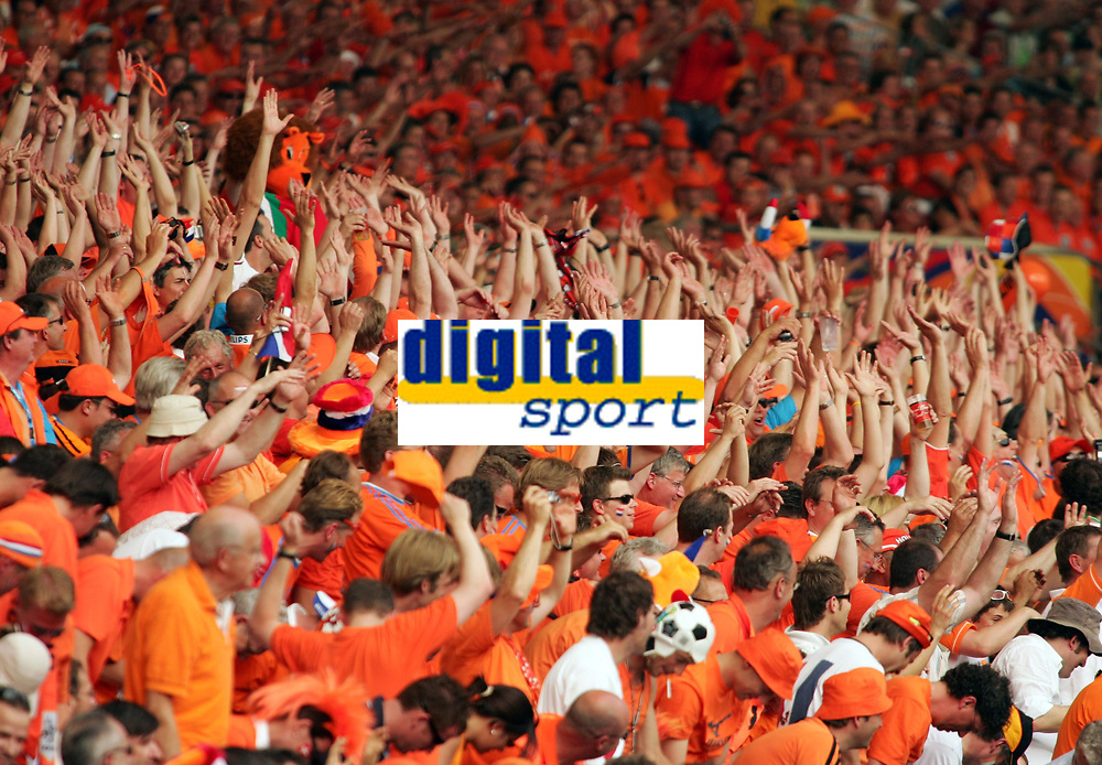 Photo: Chris Ratcliffe.<br /> Holland v Ivory Coast. Group C, FIFA World Cup 2006. 16/06/2006.<br /> Mexican Wave.
