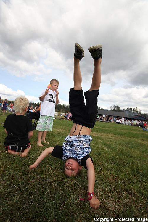 Festivalgjest Isak A. Sprauten (6) fra Orkanger, er god til å stå på hodet.. Tydalsfestivalen. Foto: Bente Haarstad