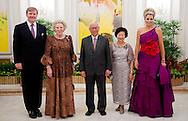 SINGAPORE - Koningin Beatrix, prins Willem-Alexander en prinses Maxima worden door president Tony Tan Keng Yam en zijn vrouw verwelkomd voor het staatsbanket. De vorstin en het prinselijk paar zijn voor een tweedaags staatsbezoek in de republiek. ANP ROYAL IMAGES ROBIN UTRECHT