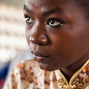 LÉGENDE: Une étudiante de la BTS Génie Civil de la première année, suit attentivement son cours. LIEU: CERFER, Lomé, Togo. PERSONNE(S): Etudiante (droite) gros plan.