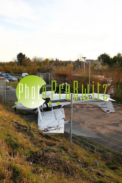 Mannheim. Bruchlandung bei der Flugstunde: Eine Cessna ist heute am Flugplatz Mannheim abgest&cedil;rzt und auf dem Dach gelandet. Wie die Polizei mitteilte, blieben beide Passagiere des Kleinflugzeugs k&circ;rperlich unversehrt. Sie erlitten aber einen Schock. Zu dem Unfall kam es wahrscheinlich beim Start oder beim Landeanflug. Weitere Angaben konnte die Polizei zun&permil;chst nicht machen.<br /> <br /> <br /> Bild: Markus Proflwitz / masterpress /  <br /> <br /> ++++ Archivbilder und weitere Motive finden Sie auch in unserem OnlineArchiv. www.masterpress.org oder &cedil;ber das Metropolregion Rhein-Neckar Bildportal   ++++ *** Local Caption *** masterpress Mannheim - Pressefotoagentur<br /> Markus Proflwitz<br /> C8, 12-13<br /> 68159 MANNHEIM<br /> +49 621 33 93 93 60<br /> info@masterpress.org<br /> Dresdner Bank<br /> BLZ 67080050 / KTO 0650687000<br /> DE221362249