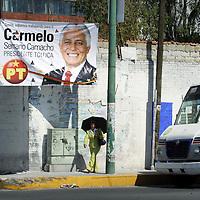 TOLUCA, México.- La ciudad se viste de colores debido a la propaganda politica que se encuentra en todas las calles y principales avenidas, sin perdonar un solo poste  los rostros de los candidatos a elección popular para algún puesto en estas próximas elecciones estan por todas partes. Agencia MVT / Crisanta Espinosa. (DIGITAL)