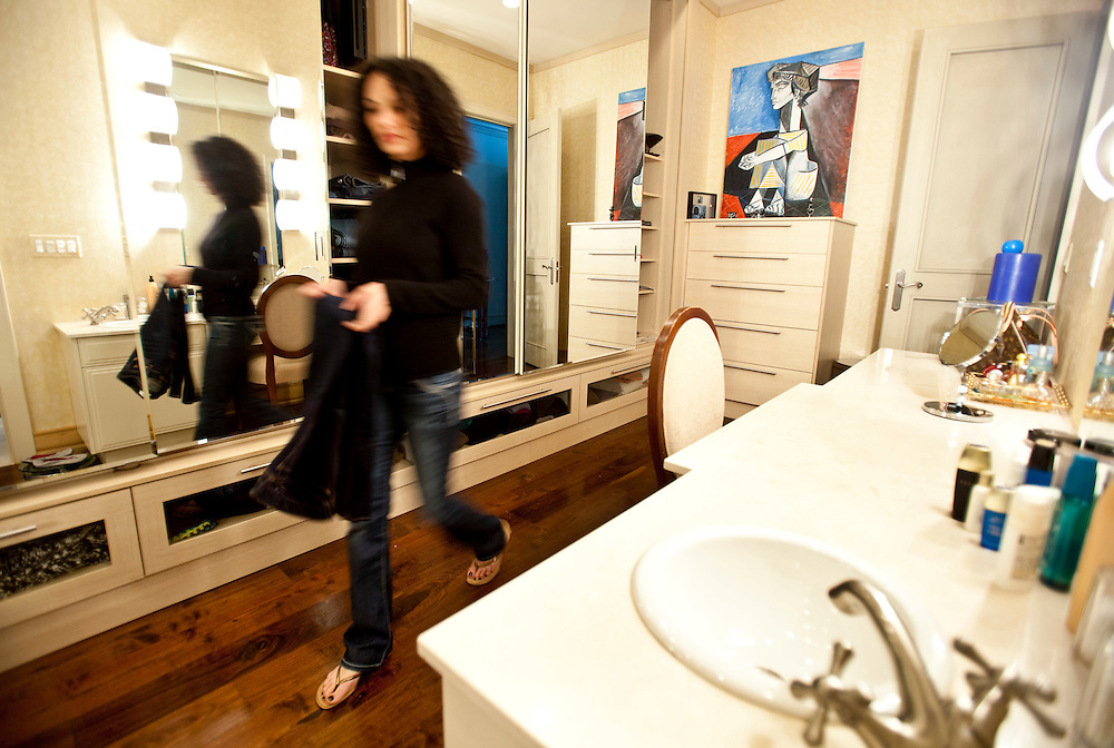 Windsor, Ontario ---10-02-19--- Michelle Jamal grabs some clothes  from the dressing room/ walk in closet of her $1.5 million  apartment  which overlooks the Detroit River in Windsor, Ontario, February 19, 2010.<br /> GEOFF ROBINS The Globe and Mail