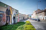 """Die Straße """"Na Hrazi"""" (Am Damm), der ehemalige Wohnort von Schrifteller Bohumil Hrabal in Prag Liben. Die Malerin Tatiana Svatosova<br /> hat ihn 1999 an die Betonwand gemalt. Reste von Türen und Fenstern hängen an der Betonwand. Sie stammen von den ebenfalls verschwundenen Kneipen, die<br /> Hrabal frequentierte und in denen er seine Geschichten erlauschte."""