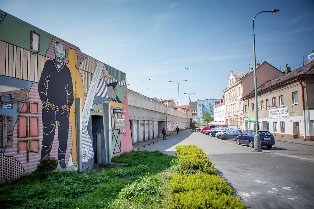 Die Stra&szlig;e &quot;Na Hrazi&quot; (Am Damm), der ehemalige Wohnort von Schrifteller Bohumil Hrabal in Prag Liben. Die Malerin Tatiana Svatosova<br /> hat ihn 1999 an die Betonwand gemalt. Reste von Türen und Fenstern h&auml;ngen an der Betonwand. Sie stammen von den ebenfalls verschwundenen Kneipen, die<br /> Hrabal frequentierte und in denen er seine Geschichten erlauschte.