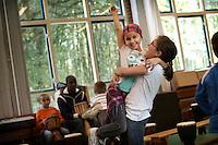 Bashia (L) uit Polen en Anastasia (R) uit Hongarije hebben gewonnen bij een dansspelletje op de Rotterdamse lagere school de Kameleon in de wijk Carnisse. Op de school met 400 leerlingen zitten meer dan 50 nationaliteiten.