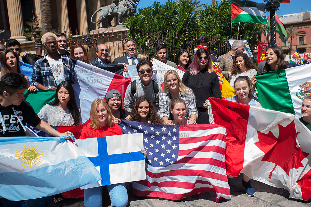 Leoluca Orlando, sindaco di Palermo, incontra alcuni studenti stranieri impegnati nel progetto Erasmus.