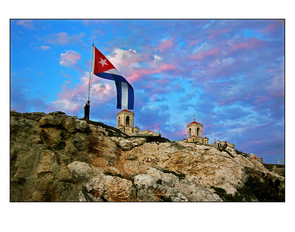 Autor de la Obra: Aaron Sosa<br /> T&iacute;tulo: &ldquo;Serie: La Habana&rdquo;<br /> Lugar: Habana - Cuba<br /> A&ntilde;o de Creaci&oacute;n: 2007<br /> T&eacute;cnica: Captura digital en RAW impresa en papel 100% algod&oacute;n Ilford Galer&iacute;e Prestige Silk 310gsm<br /> Medidas de la fotograf&iacute;a: 33,3 x 22,3 cms<br /> Medidas del soporte: 45 x 35 cms<br /> Observaciones: Cada obra esta debidamente firmada e identificada con &ldquo;grafito &ndash; material libre de acidez&rdquo; en la parte posterior. Tanto en la fotograf&iacute;a como en el soporte. La fotograf&iacute;a se fij&oacute; al cart&oacute;n con esquineros libres de &aacute;cido para as&iacute; evitar usar alg&uacute;n pegamento contaminante.<br /> <br /> Precio: Consultar<br /> Envios a nivel nacional  e internacional.