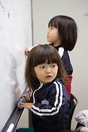 Bröderna Mashiro och Taiki Segawa leker medan föräldrarna har möte i rummet bredvid.<br /> <br /> Hinan Mama Net, är en stödgrupp för mammor som har evakuerat från Fukushima prefekturen till Tokyo. Gruppen startades av Rika Mashiko.