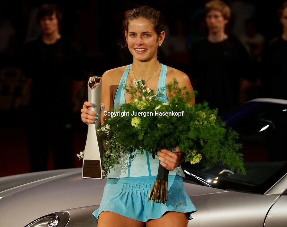 Porsche Cup 2011 in Stuttgart, internationales WTA Damen Tennis Turnier, Porsche Arena, Einzel Finale, Siegerehrung,Praesentation,Julia Goerges (GER) mit Pokal,