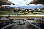 En el Jockey Club de Venezuela se reúnen cada fin de semana y en estricta etiqueta los custodios de una visión muy particular del hipismo, deporte de reyes: para ellos esta actividad sagrada no tiene tanto que ver con las apuestas como con el amor a los caballos. (ivan gonzalez)