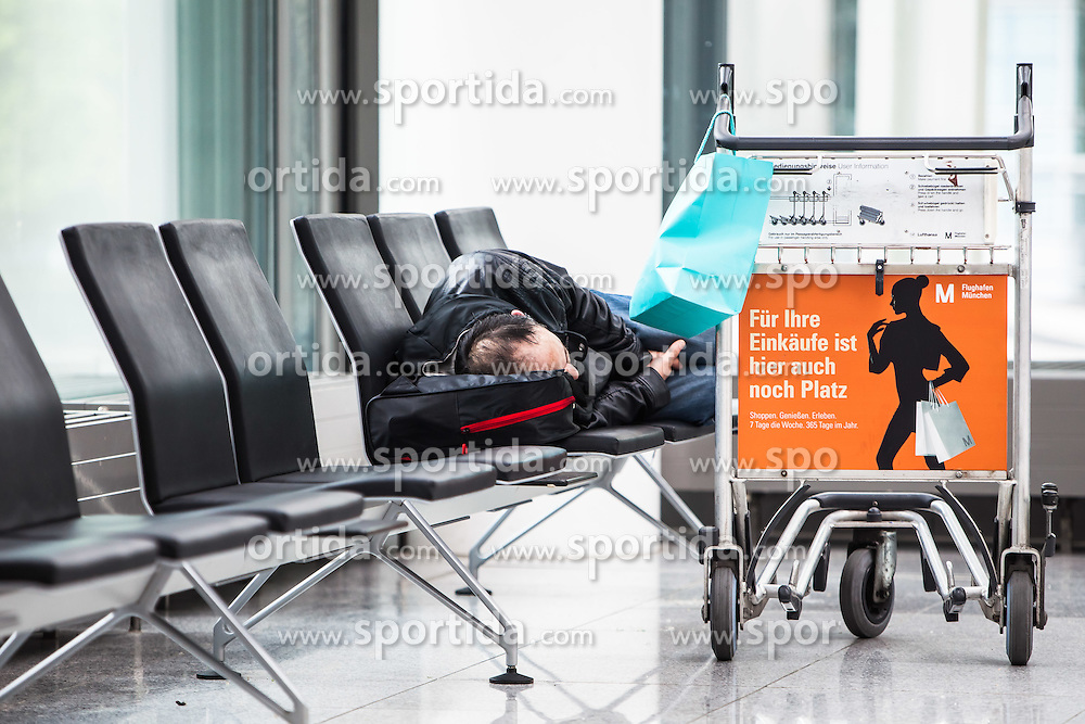 THEMENBILD, Airport Muenchen, Franz Josef Strauß (IATA: MUC, ICAO: EDDM), Der Flughafen Muenchen zählt zu den groessten Drehkreuzen Europas, rund 100 Fluggesellschaften verbinden ihn mit 230 Zielen in 70 Laendern, im Bild ein schlafender Passagier wartet auf seinen Abflug // THEME IMAGE, FEATURE - Airport Munich, Franz Josef Strauss (IATA: MUC, ICAO: EDDM), The airport Munich is one of the largest hubs in Europe, approximately 100 airlines connect it to 230 destinations in 70 countries. picture shows: a sleeping passenger waiting for his departure, Munich, Germany on 2012/05/06. EXPA Pictures © 2012, PhotoCredit: EXPA/ Juergen Feichter