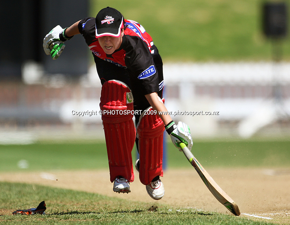 Erin Bermingham makes her ground.<br /> State League 20/20 final. Wellington Blaze v Canterbury Magicians at Allied Prime Basin Reserve, Wellington. Saturday, 25 January 2009. Photo: Dave Lintott/PHOTOSPORT