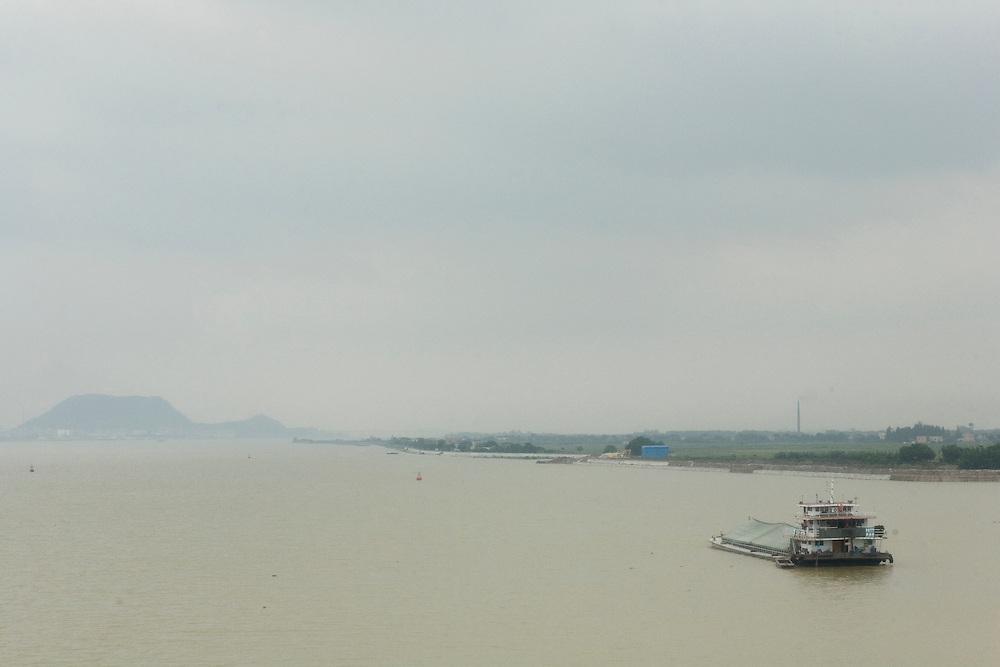 L'un des bras du delta de la rivière des Perles -ici en arrivant vers le grand port de Jiangmen,- où le traffic maritime a cru dans des proportions gigantesques avec l'envolée économiques des ZES, les zones économiques spéciales, voulues par Deng Xiaoping dans les années 1980.