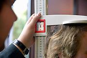Nederland, Arnhem, 10-2-2013Het meten van de lengte van een mens, persoon, vrouw.Foto: Flip Franssen