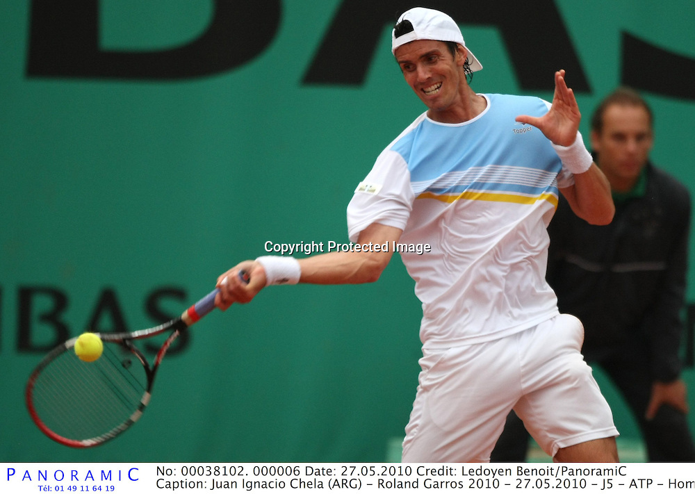 Juan Ignacio Chela (ARG) - Roland Garros 2010 - 27.05.2010 - J5 - ATP - Homme Hommes Messieurs Masculin - Tennis - Internationaux de France- RG2010 RG 2010 - largeur action coup droit *** Local Caption *** 00038102