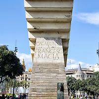 El Monumento a Francesc Macià es una escultura realizada por Josep Maria Subirachs en 1991. Se encuentra en la Plaza de Cataluña de Barcelona. The Monument to Francesc Macia is a sculpture by Josep Maria Subirachs in 1991. It is located in the Plaza de Catalunya in Barcelona.