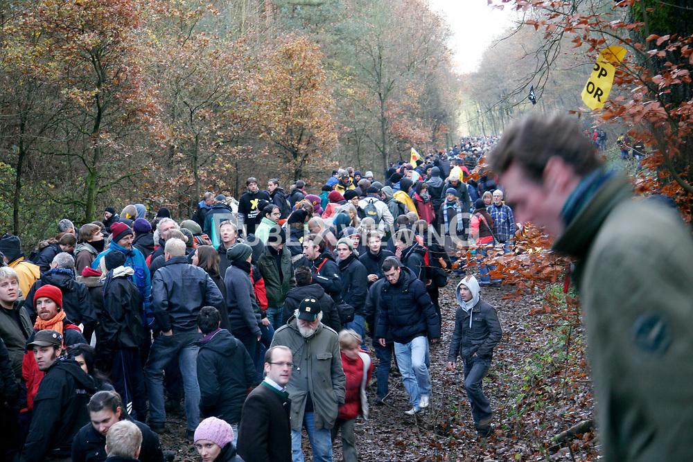Atomkraftgegner besetzen immer wieder die Gleise der Castortransportstrecke im Waldst&uuml;ck bei Harlingen . Auf den Waldwegen wurden einige kleinere brennende Barrikaden errichtet die,die Polizei aber schnell wieder endfernte. <br /> <br /> Ort: Harlingen<br /> Copyright: Sebastian Conradt<br /> Quelle: PubliXviewinG