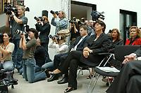 28 AUG 2003, BERLIN/GERMANY:<br /> Ulla Schmidt (L), SPD, Bundesgesundheitsministerin, Fotografen und Kameraleute, waehrend der Uebergabe des Berichts der sog. Ruerup-Kommission, Bundesministerium fuer Gesundheit und soziale Sicherung<br /> IMAGE: 20030828-01-013<br /> KEYWORDS: Bert Rürup, Fotograf, Fotografen, Journalist, Journalisten, Kamera, Camera, Übergabe
