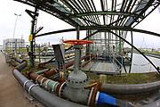 Mannheim. 06.03.17 | BILD- ID 073 |<br /> Friesenheimer Insel. BASF Anlage. Produktion im Werksteil Friesenheimer Insel. <br /> In den Produktionsanlagen der BASF werden Rohstoffe durch chemische Reaktionen in<br /> andere Stoffe umgewandelt. Dies geschieht bei den Anlagen im Werksteil Friesenheimer<br /> Insel im ständigen Durchlauf (kontinuierliche Produktion). Dabei laufen die Reaktionen<br /> unter hohem Druck und erhöhter Temperatur ab. Einsatzstoffe und erzeugte Stoffe werden<br /> zwischengelagert und per Rohrleitung, Tankschiff, Kesselwagen und Tankzug bezogen oder abtransportiert. <br /> - Ölhafen<br /> Bild: Markus Prosswitz 06MAR17 / masterpress (Bild ist honorarpflichtig - No Model Release!)
