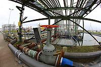 Mannheim. 06.03.17   BILD- ID 073  <br /> Friesenheimer Insel. BASF Anlage. Produktion im Werksteil Friesenheimer Insel. <br /> In den Produktionsanlagen der BASF werden Rohstoffe durch chemische Reaktionen in<br /> andere Stoffe umgewandelt. Dies geschieht bei den Anlagen im Werksteil Friesenheimer<br /> Insel im st&auml;ndigen Durchlauf (kontinuierliche Produktion). Dabei laufen die Reaktionen<br /> unter hohem Druck und erh&ouml;hter Temperatur ab. Einsatzstoffe und erzeugte Stoffe werden<br /> zwischengelagert und per Rohrleitung, Tankschiff, Kesselwagen und Tankzug bezogen oder abtransportiert. <br /> - &Ouml;lhafen<br /> Bild: Markus Prosswitz 06MAR17 / masterpress (Bild ist honorarpflichtig - No Model Release!)