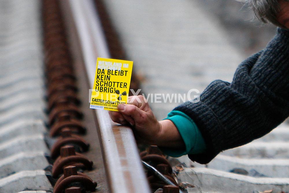 Durch das Entfernen von Schottersteinen aus dem Eisenbahn-Gleisbett will die Kampagne &bdquo;Castor schottern&ldquo; den f&uuml;r November erwarteten Atomm&uuml;ll-Transport auf dem Weg zur Umladestation nach Dannenberg stoppen. Pressesprecher Tadzio M&uuml;ller sagte bei einem Pressetermin am Gleis, man sei entschlossen, &bdquo;massenhaft den Schotter aus dem Gleisbett zu entfernen, also die Gleise zu unterh&ouml;hlen und sie damit f&uuml;r den Atomm&uuml;llzug unbefahrbar zu machen. Wir w&auml;hlen f&uuml;r die Aktion einen Schienenabschnitt, an dem an diesem Tag kein Zugverkehr au&szlig;er dem Castor-Transport stattfindet.&ldquo; <br /> <br /> Ort: Pudripp<br /> Copyright: Andreas Conradt<br /> Quelle: PubliXviewinG