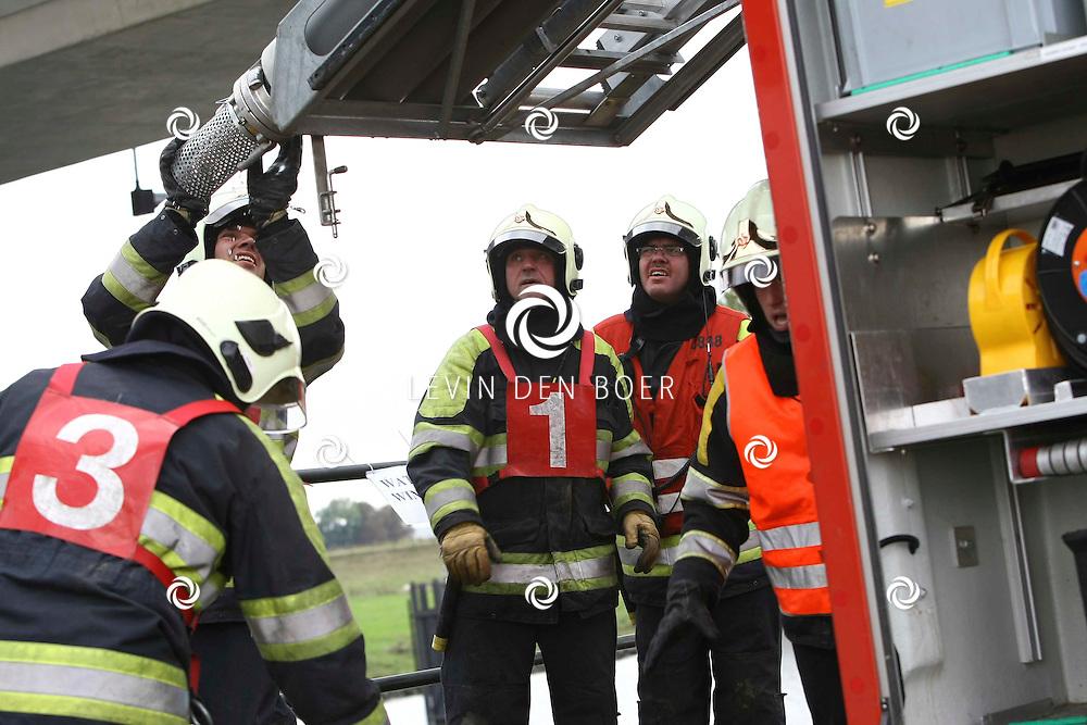 BOMMELERWAARD - Elk jaar worden er brandweerwedstrijden gehouden onder de verschillende corpsen. Dit om zo ook goed te kunnen zien hoe men werkt tijdens een gevaarlijke situatie. FOTO LEVIN DEN BOER - PERSFOTO.NU