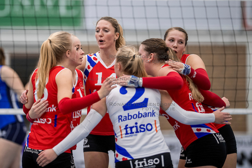 10-12-2016 NED: VC Sneek - Sliedrecht Sport, Sneek<br /> Sneek wint met 3-0 van Sliedrecht Sport / Quinta Steenbergen #14, Roos Wijnen #11
