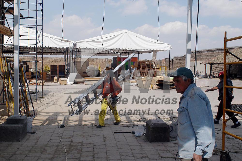 Zinacantepec, M&eacute;x.- Empleados trabajan en el acondicionamiento del casco de la hacienda Tejalpa donde se llevaran a cabo las transmisiones televisivas del reality show Big Brother 3. Agencia MVT / Hernan Vazquez E. (DIGITAL)<br /> <br /> NO ARCHIVAR - NO ARCHIVE