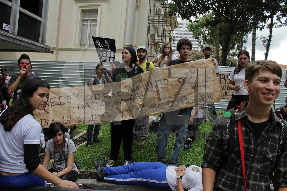 CURITIBA, PR, 17 DE FEVEREIRO DE 2011 – MANIFESTAÇÃO ESTUDANTES – CURITIBA – Estudantes curitibanos realizaram manifestação contra a tarifa de ônibus na tarde de quinta-feira (17) em frente a Câmara de Vereadores de Curitiba. (FOTO: ROBERTO DZIURA JR./ NEWS FREE)