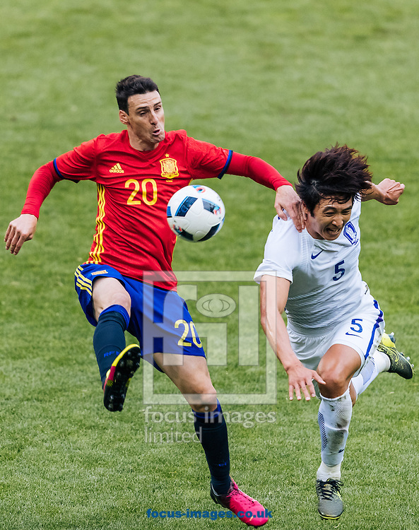 Aritz Aduriz of Spain of Spain and Taehwi Kwak of South Korea during the International Friendly match at Red Bull Arena, Salzburg<br /> Picture by EXPA Pictures/Focus Images Ltd 07814482222<br /> 01/06/2016<br /> ***UK &amp; IRELAND ONLY***<br /> (filename}