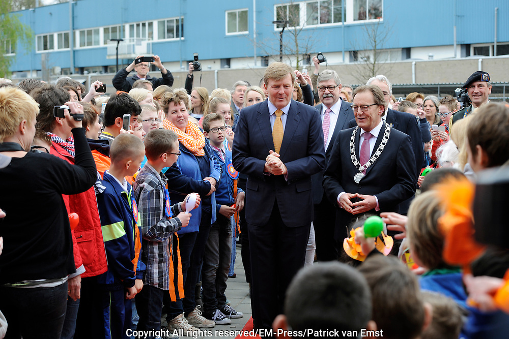 Koning Willem Alexander opent nieuw schoolgebouw Bartimeus, een organisatie voor blinden en slechtzienden.<br /> <br /> King Willem Alexander opens new school Bartimeus, an organization for the blind and visually impaired.<br /> <br /> Op de foto / On the photo: <br /> <br />  Aankomst van de koning / Arrival of the King