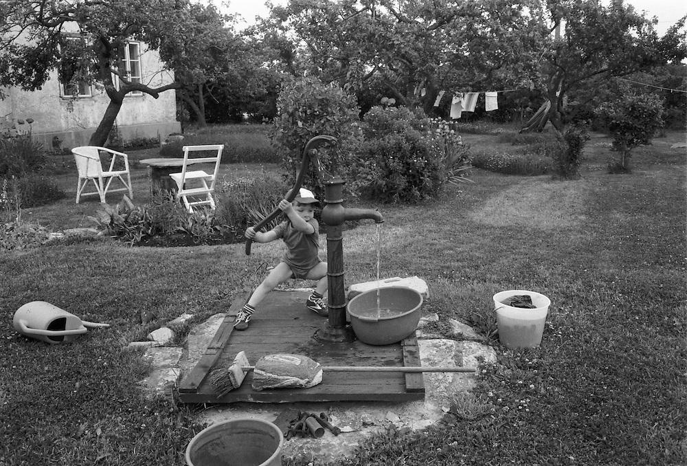 Magnus pumpar vatten
