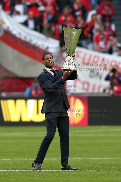15-05-2013 VOETBAL: UEFA EL FINALE BENFICA - FC CHELSEA: AMSTERDAM<br /> PATRICK KLUIVERT bringt den Pokal Cup<br /> ***NETHERLANDS ONLY***<br /> &copy;2013-FotoHoogendoorn.nl